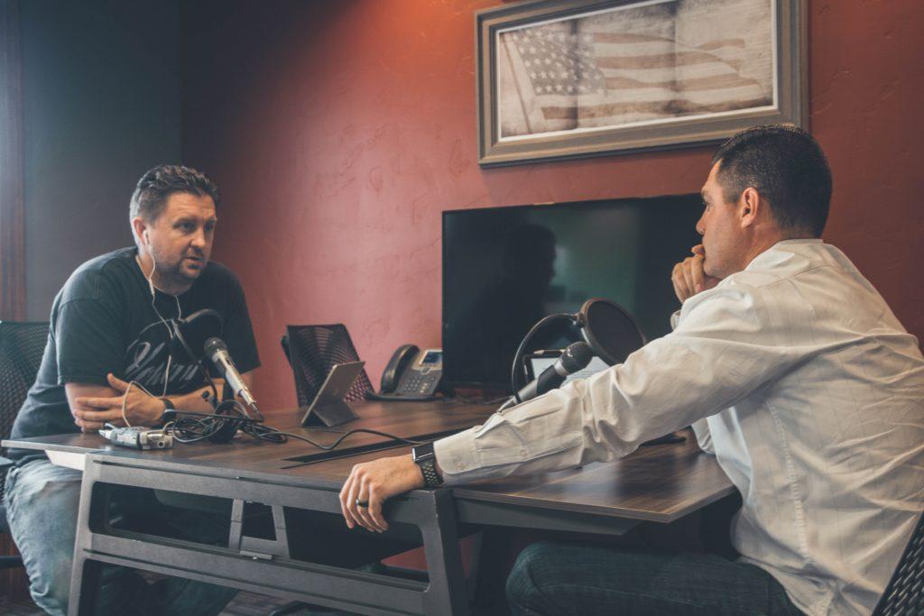 Interview-Podcasts gehören zu den spannendsten Formaten im Podcast-Universum. Gute Vorbereitung fordern aber nicht nur die Interview-Fragen, sondern auch das Vorgespräch.